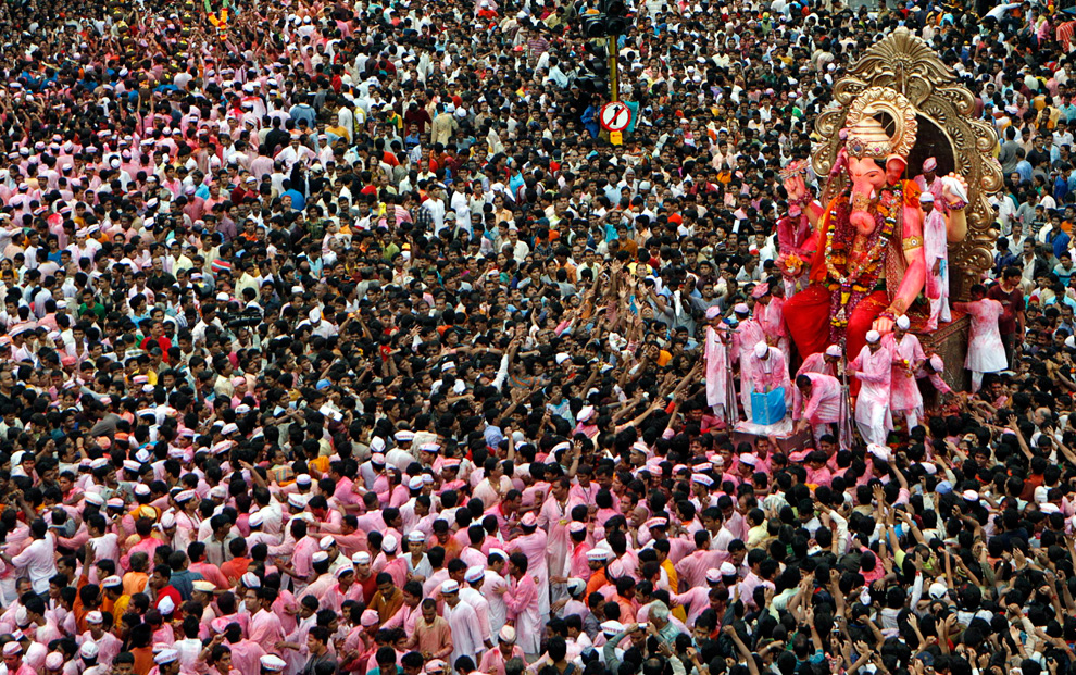 Devotees carry a statue of the Hindu elephant god Ganesh, the deity of prosperity, for immersion in the sea on the last day of Ganesh Chaturthi in Mumbai 2009.09.03REUTERSPunit Paranjpe