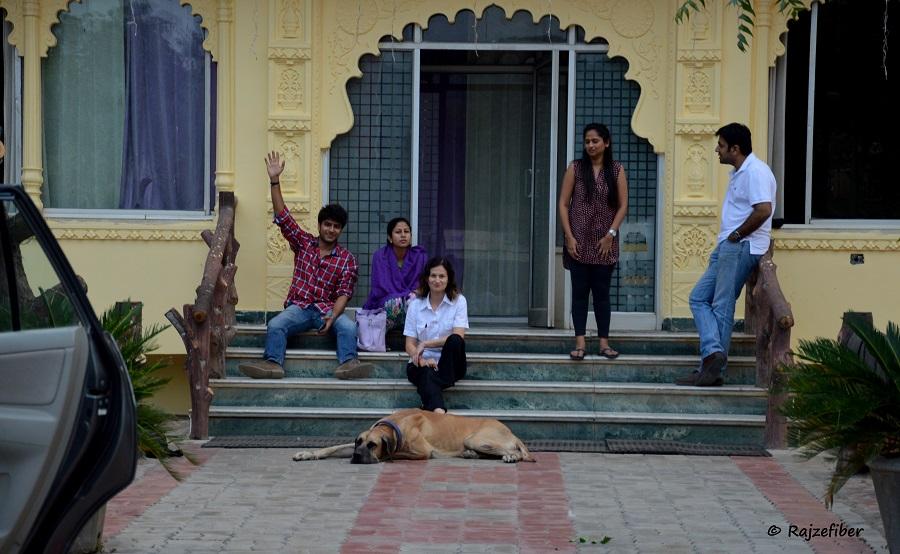 Przystanek na jedzenie. Od lewej Falgun, Gini, ja, Tulsa i Dhairya, India 2014 © Magdalena Brzezińska