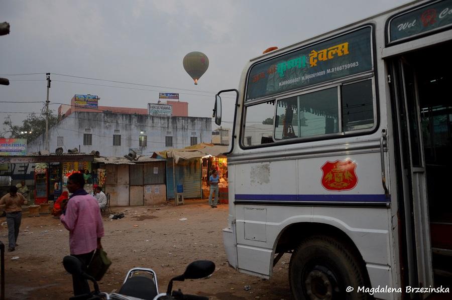 Autobus do Jodhpuru i w tle startujący balon. Pushkar, Indie 2014 © Magdalena Brzezińska