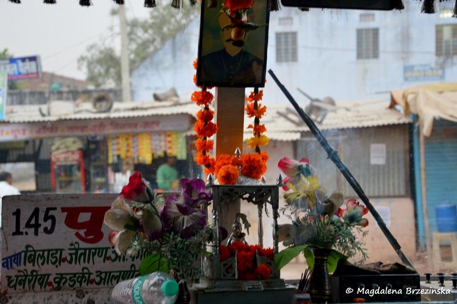 Ołtarzyk z kadzidełkiem w autobusie. Pushkar, Indie 2014 © Magdalena Brzezińska