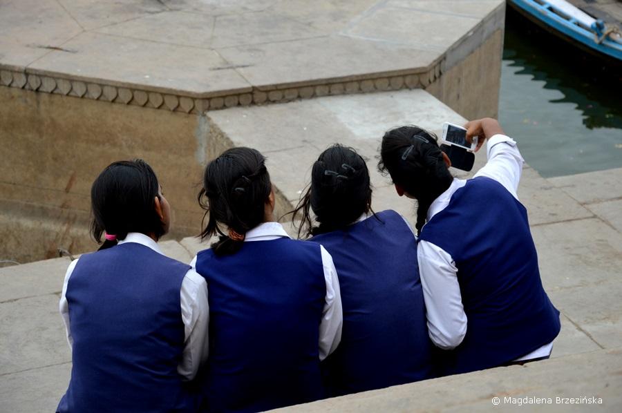 Uczennice nad Gangesem, Varanasi, Indie 2015 © Magdalena Brzezińska