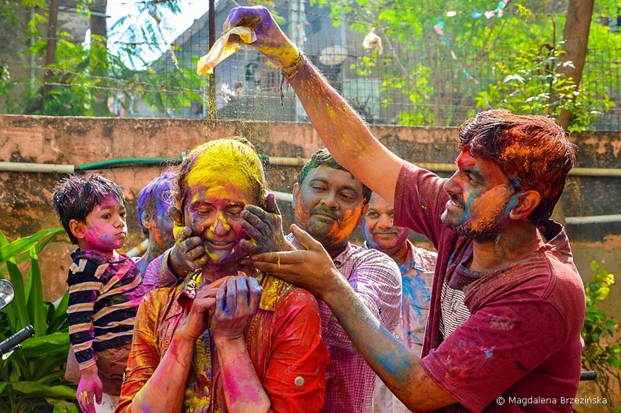 Więc chodź pomaluj mój świat, na zółto i na niebiesko. Holi, 6 marca 2015 r., Ahmedabad, Indie © Magdalena Brzezińska