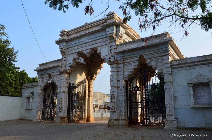 Brama u podnóża świątyni Hastigri. Indie 2014 © Magdalena Brzezińska