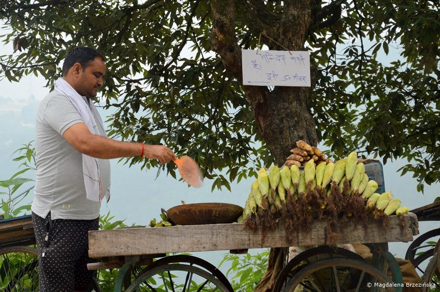 Sprzedawca kukurydzy, McLeod Ganj, Indie, lipiec 2016 © Magdalena Brzezińska