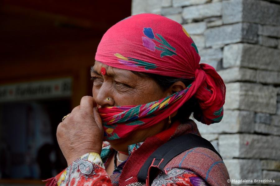 Kobieta zachęcająca turystów do sesji zdjęciowych w strojach regionalnych. Solang Ropeway & Ski Center, Indie, lipiec 2016 © Magdalena Brzezińska