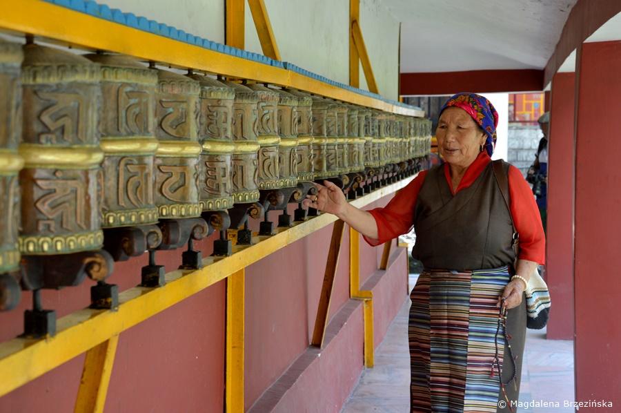 Modląca się przy użyciu młynków modlitewnych Tybetanka. Manali, Indie, lipiec 2016 r. © Magdalena Brzezińska