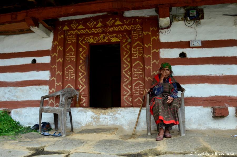 Mieszkanka Manali przed wejściem do domu. Manali, Indie, lipiec 2016 r. © Magdalena Brzezińska
