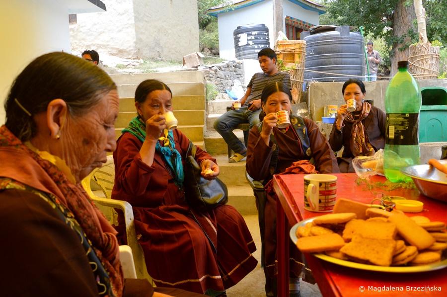 Oczywiście herbatka, dobra na wszystko. Klasztor Shashur, Indie, lipiec 2016 © Magdalena Brzezińska