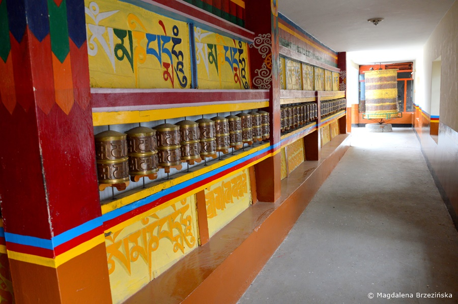 Młynki modlitewne. Klasztor Shashur, Indie, lipiec 2016 © Magdalena Brzezińska