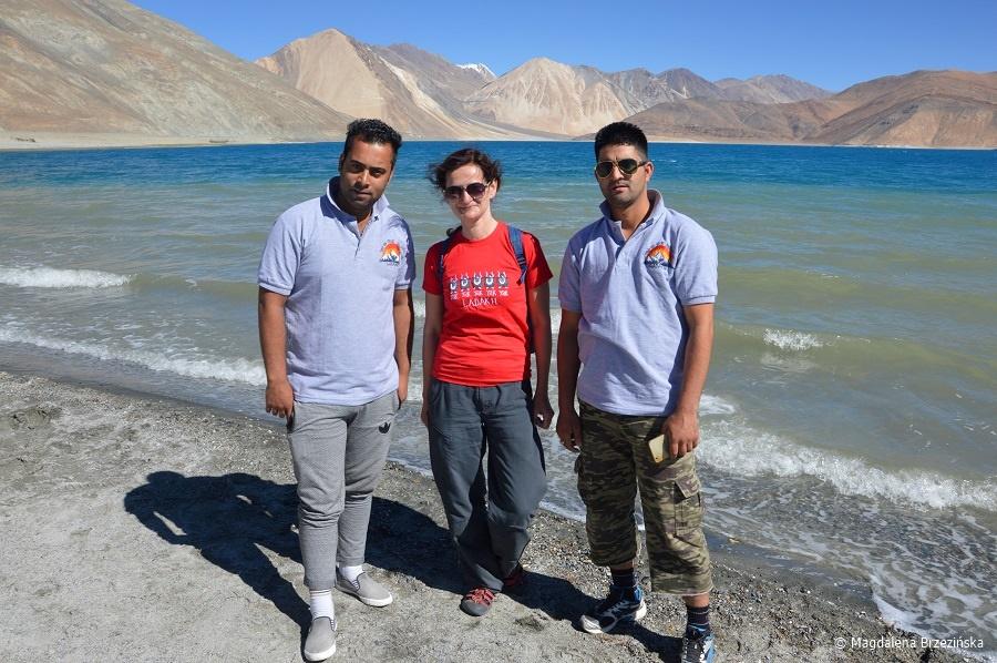 fot. 3 Idiots, czyli chłopaki z Kaszmiru i ja 😉 © Magdalena Brzezińska, Ladakh, Indie 2016