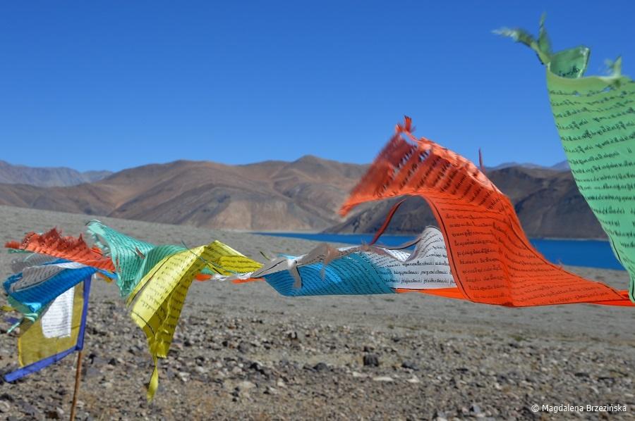 fot. Tybetańskie flagi łopoczące na wietrze © Magdalena Brzezińska, Ladakh, Indie 2016