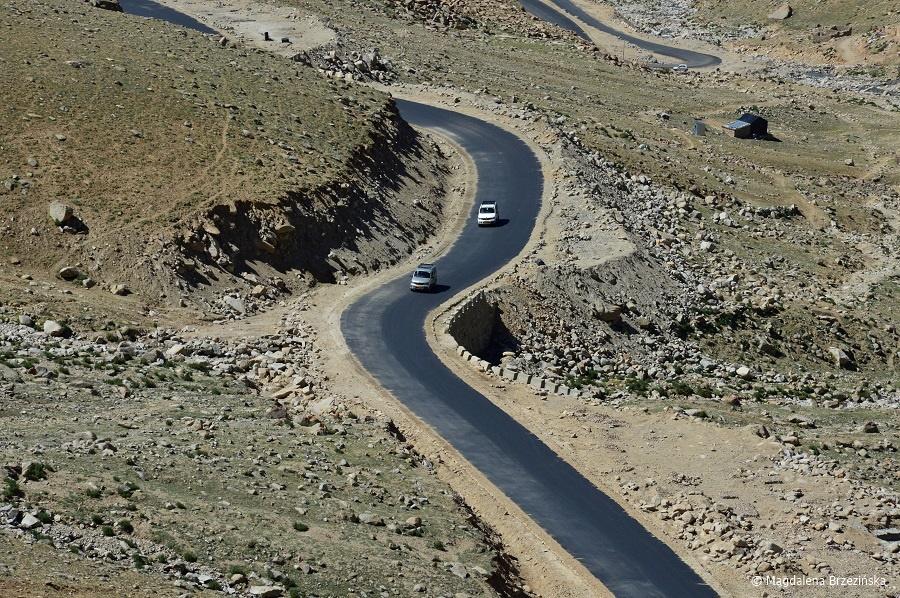 fot. Asfaltowa część drogi do Khardung La © Magdalena Brzezińska, Ladakh, Indie 2016
