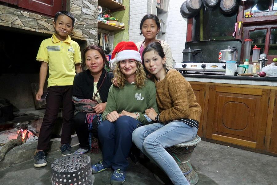 fot. Kochane dziewczyny Sede i Kenei z dziećmi z Japfü Homestay Kigwema © Magdalena Brzezińska, Nagaland, Indie, 6 grudnia 2019