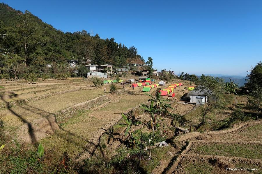 fot. Widok z mojego homestay'u i pole namiotowe dla twardzieli © Magdalena Brzezińska, Nagaland, Indie, 2019