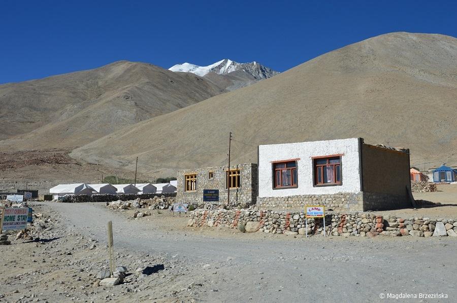 fot. Biały budynek to nasza kwatera w Spangmik  © Magdalena Brzezińska, Ladakh, Indie 2016