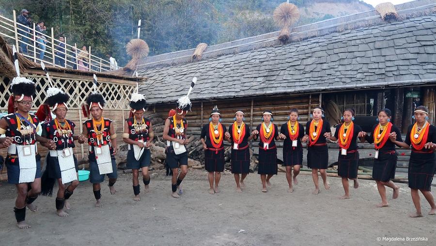 fot. Tańczące plemię Khiamniungan przed morungiem© Magdalena Brzezińska, Hornbill Festival, Nagaland, Indie, 2019