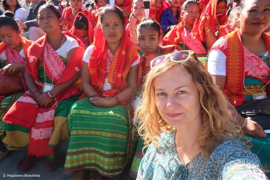fot. Autorka 😉 z dziewczynami z plemienia Kachari © Magdalena Brzezińska, Hornbill Festiwal, Kisama, Indie, 2019