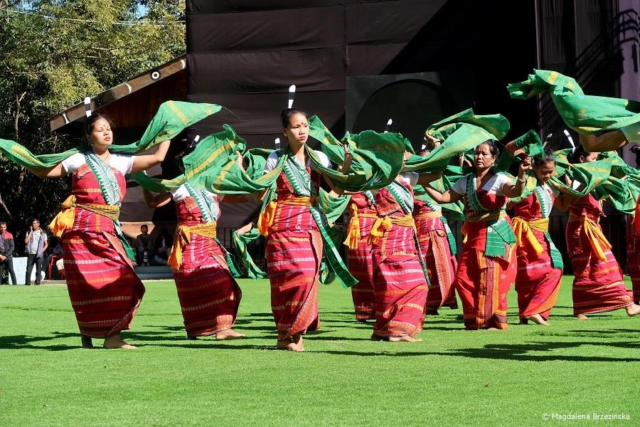 fot. Kachari Cultural Troupe – najlepsze tancerki © Magdalena Brzezińska, Hornbill Festiwal, Kisama, Indie, 2019