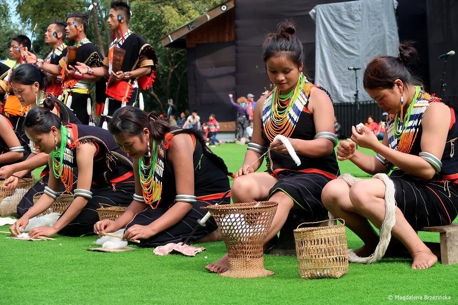 fot. Plemię Chakhesang – przędzenie bawełny © Magdalena Brzezińska, Hornbill Festiwal, Kisama, Indie, 2019