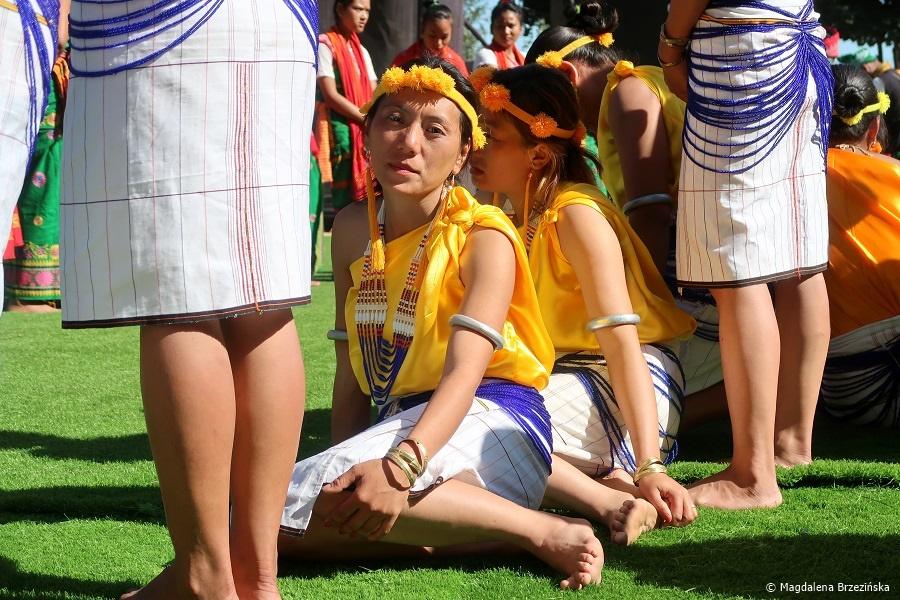 fot. Długie oczekiwanie na VIP'ów. Zmęczone dziewczyny Pochury © Magdalena Brzezińska, Hornbill Festiwal, Kisama, Indie, 2019